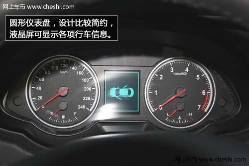 仪表盘,设计比较简约,液晶屏可显示各项行车信息,淡蓝色背景灯十分