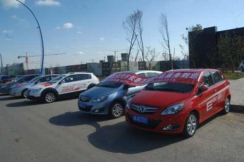 同时也对车友会会员所提出的日常汽车保养等相关问题进行了解答.