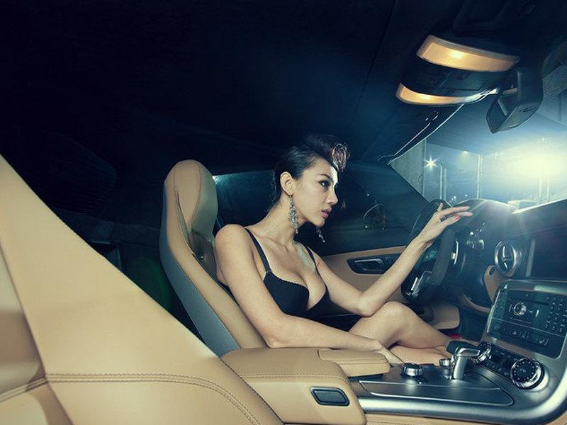 美女性感超模车内展示迷人傲乳诱惑难挡 网上