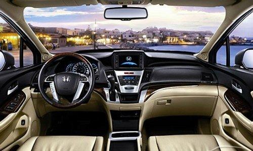上形成车辆全景俯视图,方便驾驶者全面了解车外状况,消除驾驶视野