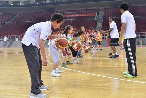 姚明/青少年是中国体育的未来,唯有梦想的力量与激动的灵魂才能缔造...