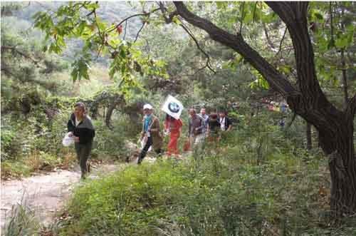 进招远罗山风景区前要先经一个小山村.