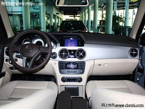 内饰方面:奔驰gl   00新款车内的色彩运用偏向于清新运动风高清图片