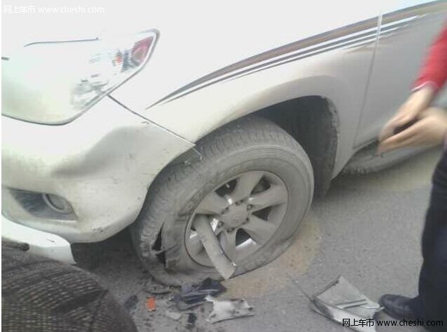 以小欺大的事故 小车撞翻丰田普拉多高清图片