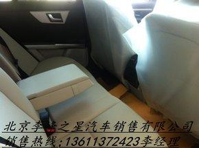 内饰方面:新款奔驰glk延续c-class的内饰装潢,有棱有角的线条高清图片