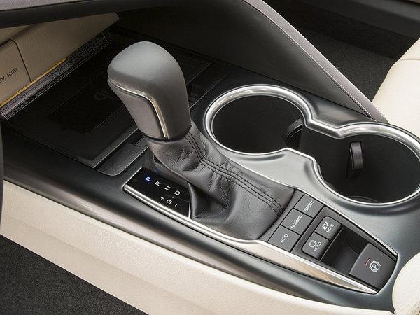 动力系统一直是丰田汽车的优势点,全新凯美瑞的全新2.5L发动机的热效率高达40%,而混合动力发动机车型更是达到了41%,配以阿特金森循环和奥拓循环结合+歧管喷射和缸内直喷的双喷射技术,以丰田车型一贯优异的口碑和动力调教匹配,毫无疑问得是,这是你花合资品牌中级车的价格能买到最先进最优异的动力总成,没有之一。