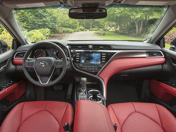 而第八代凯美瑞最让我惊喜的则是它内饰的变化,无论是整体的设计还是做工用料,都更加偏向于向更高端的雷克萨斯风格进化,运动版甚至在配色上选择了更出跳更有JDM风格的F-sport全红/黑搭配。内饰增加了诸多的高科技配置,一套名为Toyota Safety Sense的智能规避碰撞辅助套装是首次在国内的丰田车型上标配。