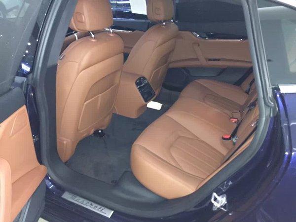总裁车身的优雅风格与强劲曲线相结合,一条独具特色的线条贯穿车身侧面,三角形C柱上镶嵌着著名的Saetta标志,这是另一项明显的传统特征,明确表达了这款新车毫不妥协的运动天性。      内饰方面:2017款玛莎拉蒂总裁仪表台、中控台和车门的优美造型及流畅线条完美匹配,营造出奢华的驾驶氛围。在仪表台中部,引人注目的拉丝铝材边框映衬着8.