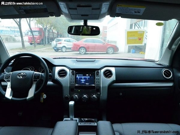 丰田/前脸和红杉如出一辙,宽阔的肌肉感是美式车的典型风格,丝毫没...