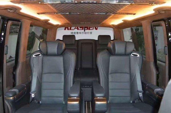 全车豪华紫檀木装饰   ● 贵宾舱紫檀木地板   ● 智能变色电子