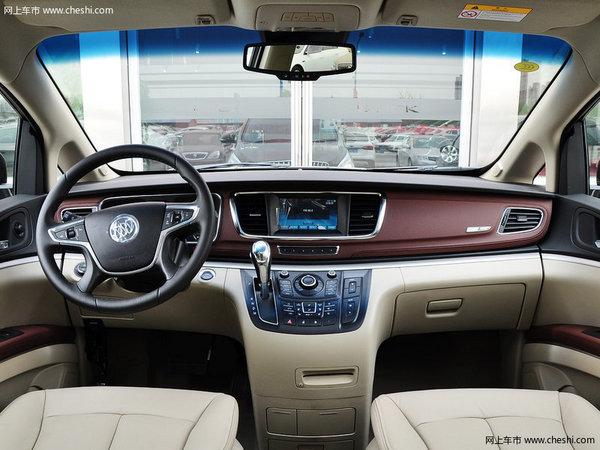 """全新的GL8的外观内饰沿袭了""""别克商务概念车""""设计蓝图,在空间上面新GL8有了很大的突破,该车长5266mm、宽1878mm、高1800mm,连 同3088mm的超长轴距, 营造了更加宽敞的商务空间。而经典的直瀑式格栅、冰蓝氛围的照明效果,以及源自豪华游艇灵感设计的怀抱一体式座舱,无不显映别克品牌一贯的大气风范,呈现 出领军企业的不凡底蕴。  GL8的中控台整体风格非常不错,看着也很显高档。这种非常具有质感的木纹装饰条让车内看上去更加沉稳,配合整体中控台的造型,更具商务气息,是成"""