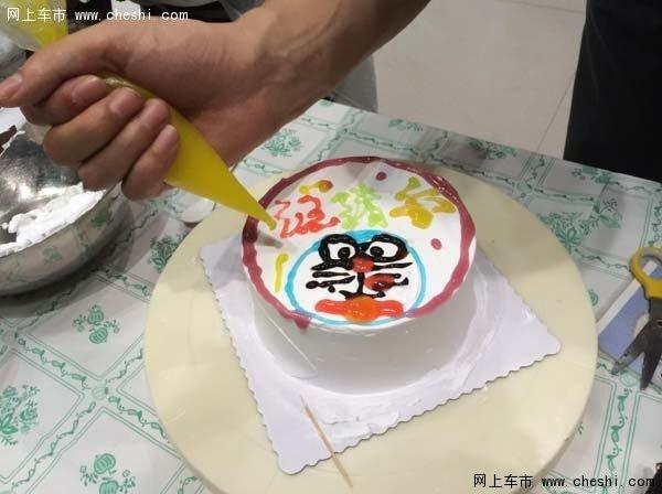 这位爸爸做的蛋糕,上面写的是自家宝宝的名字哦