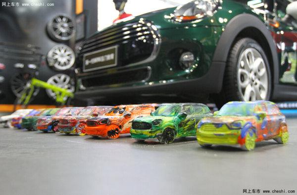 """坚持""""始于原创,忠于原创""""的态度,MINI继承了高档小型车细分市场领导者的地位,并在驾驶乐趣、材质与质感、以及个性化等方面全面升级。外观设计上,新车型进一步延续了MINI所有经典特征。车内空间、安全性、功能配置、做工及品质、运动操控和乘坐舒适性方面都进行了革命性的进化。全新发动机提高了驾驶乐趣和燃油经济性。多种创新的驾驶者辅助系统,前所未有地将MINI与驾驶者无缝衔接起来。 在这7年中,天津天宝MINI在行业内取得了骄人的成绩,从年销售量60台,发展到现在年销售850台,每年以1"""