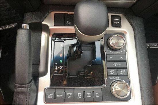 18款丰田酷路泽5700均配以桃木装点,尽显豪华质感。新车操控台没有过于繁杂的操控按钮,但却凝结了越野车型在简洁之间将所有功能集结于其中的驾驶乐趣。内部空间采用了符合人体工学的设计理念,内部空间非常充裕。