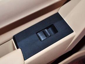 一汽丰田  1.6L CVT 左后车门控制区特写
