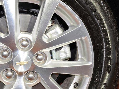 三招识别轮胎是否需更换看胎面磨损标记高清图片