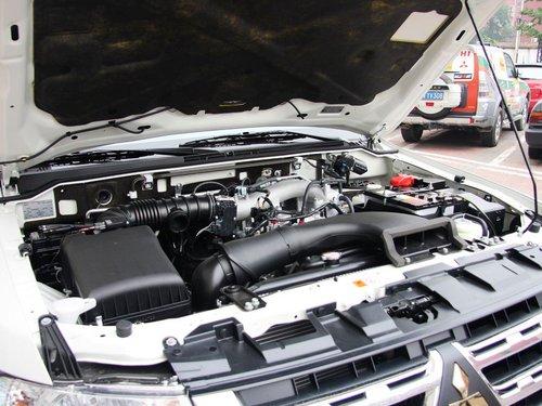 三菱(进口)  3.0L 自动 发动机局部特写