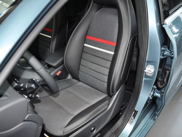 奔驰(进口)  A180 1.6T DCT 驾驶席座椅前45度视图
