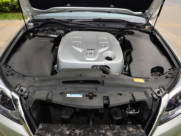 一汽丰田  2.5L 自动 发动机局部特写