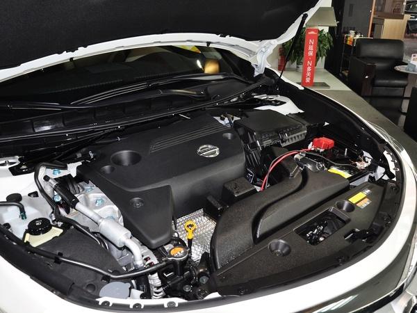 东风日产  2.5L 发动机主体特写