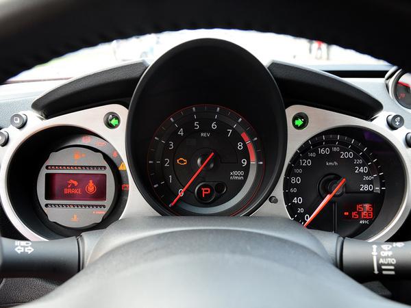 日产(进口)  370Z 3.7L 自动 方向盘后方仪表盘