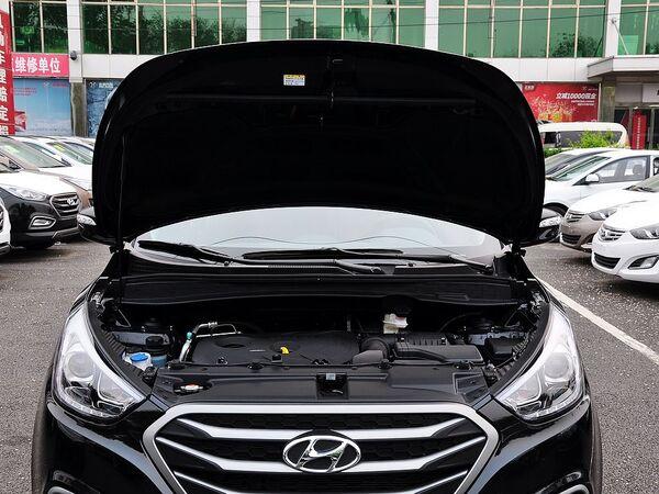 北京现代  改款 GLS 2.0L 自动 发动机局部特写
