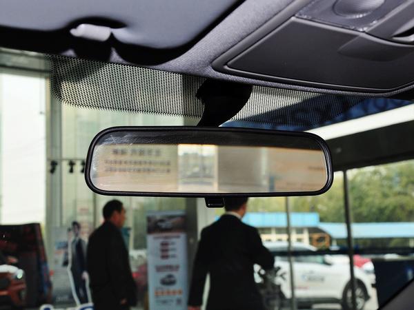 北京现代  三厢 1.4L 自动 后视镜特写