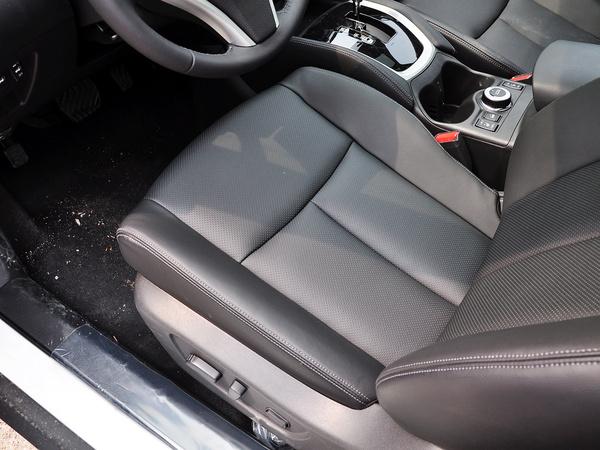 东风日产  2.5L XL CVT 驾驶席坐垫特写