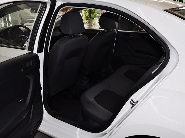 上汽大众  1.4L 自动 第一排座椅靠背后方