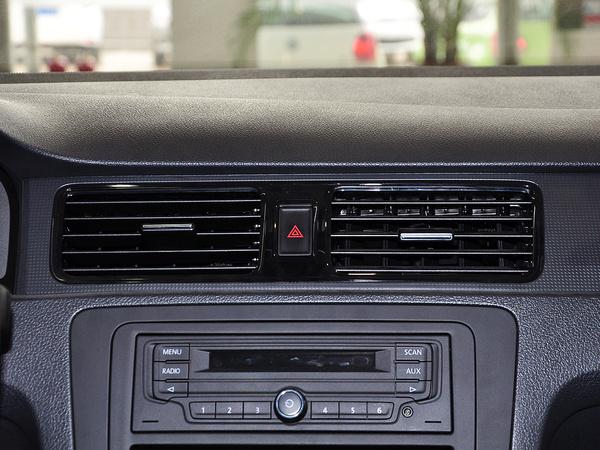 上汽大众  1.4L 自动 中控仪表台上方