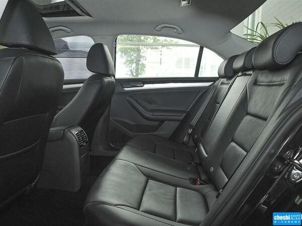 一汽-大众  230TSI DSG 第二排座椅45度视角