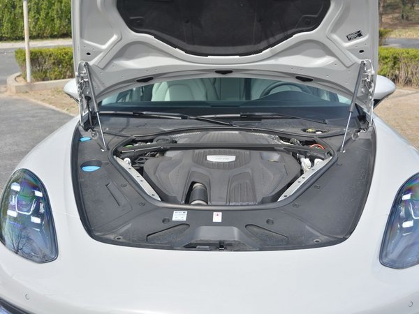优乐国际  Panamera 发动机舱
