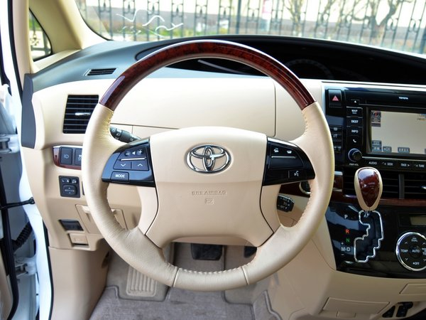 外观方面:进口丰田普瑞维亚更能体现成功人士的风范,其流畅优雅的外形设计,舒适与实用完美结合的车内空间,卓越的驾驶性能与操控乐趣更高水平的科技安全系统,可以衬托出驾驶者和乘坐者的档次与品位。新普瑞维亚豪华MPV采用的,智能钥匙、倒车雷达、创新的中控台设施、一键启动系统,以及超级智能4速变速箱都能给用户以流畅的驾驭感受。    内饰方面:进口丰田普瑞维亚宽敞的空间可谓同级别中的极制,拥有大型天窗,定速巡航控制系统,S-VSC助力转向式车辆稳定控制系统,彩色倒车诱导显示屏、 AFS智能大灯随转系统等舒适配置。