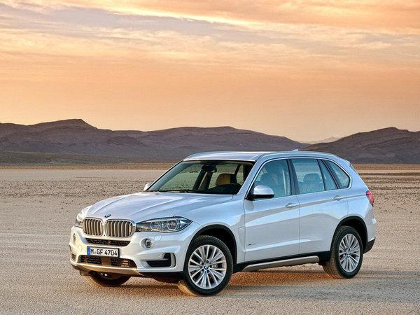 X5不仅秉承BMW X5一贯的磅礴动力和卓越操控,更以全新刚健外观,令人心生敬仰;可选配第三排座椅的豪华空间,尽释奢华体验。  宽敞的车内空间、配备恒时四轮驱动系统的BMW X5第一次将能够与BMW轿车相媲美的驾驶动态与越野路面上卓越的通过性完美结合,当时的X5被要求必须拥有操控性能和驾驶乐趣,于是这部全时四轮驱动产品被刻意设计成有高达62%的后轮驱动,目的就是为了保留BMW最为传统、最为精髓的驾驶精神。 不断进取的豪华特质,精选的材质,细腻的做工,于设计制造的纤微细节体现豪华意境,这些,都是全新BMW