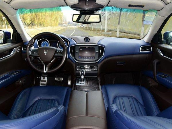 中控台顶部镶嵌了一块经典的玛莎拉蒂石英表,为车内增添了几分奢华感.