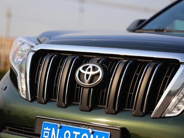 国产新款普拉多的前进气镀铬格栅面积更大,前大灯也进行了重新设计并加入了LED日间行车灯,一系列改变让新款普拉多前脸看上去更加凶猛。内饰方面,新车的中控台的按键布局也有改变。  在动力方面,普拉多依旧搭载型号为1GR的4.0L V6发动机。这款发动机采用了双顶置凸轮轴24气门设计并带有VVT-i技术,最大功率为275马力,最大扭矩为381N·m。传动方面也没有任何改变,与发动机匹配的仍是5速手自一体变速箱。