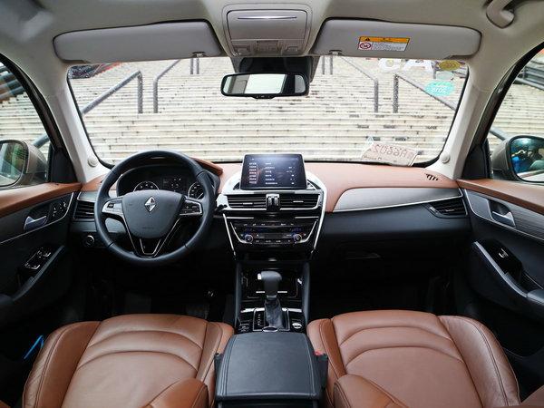 在共有配置部分,宝沃bx5和福特翼虎配备了全景天窗,后排空调出风口和