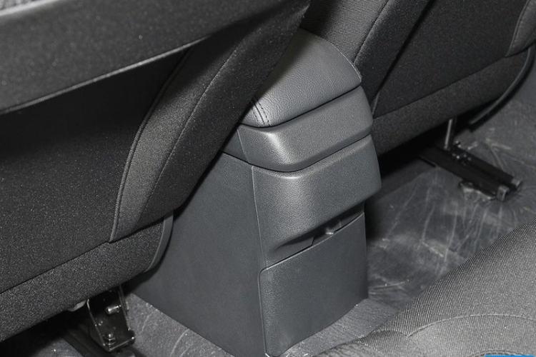 前排座椅中央后方整体